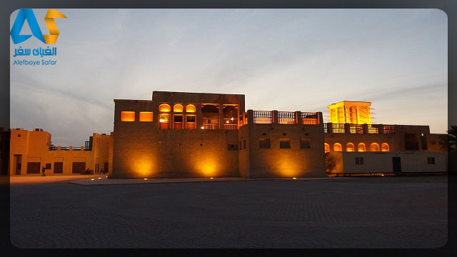 خانه اي قديمي و زيبا در روستاي بور دبي در غروب آفتاب و چراغ هاي زرد