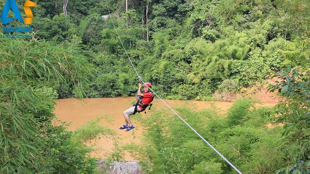 مردي در حال عبور از رودخانه اي خطرناك با زيپ لاين در لام دونگ ويتنام