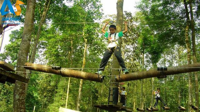 يك نوجوان در حال گذر از يكي از مهيج ترين قسمت هاي مجموعه تفريحي ورزشي اسكاي تركس مالزي