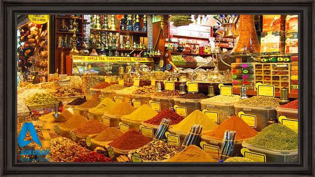 ادویه جات مختلف در جلوی یک مغازه ادویه فروشی در بازار ادویه جات استانبول